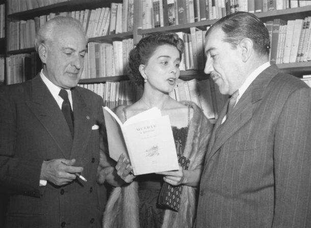 Leticia Palma aparece con el escritor Celestino Gorostiza (derecha) y personaje no identificado,ca.1954